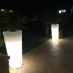 Leuchtende Blumengefäße strukturieren Gartenflächen und schaffen Atmosphäre