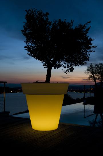 LED- Pflanzgefäß GOTA gelb beleuchtet