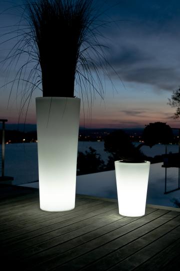 beleuchteter blumentopf pflanzgef tango h 50 led akku finden auf leuchttopf. Black Bedroom Furniture Sets. Home Design Ideas