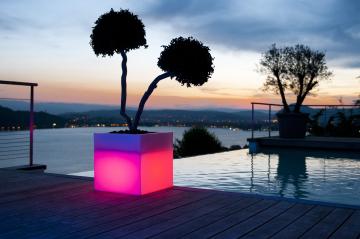 LED Leuchtwürfel und Blumenkübel quadratisch